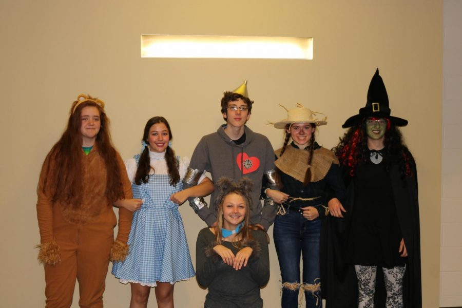 The+group+of+the+Wizard+of+Oz.+From+left+to+right%3A+Jade+Kallenbach+as+the+Lion%2C+Sadie+Scott+as+Dorothy%2C+Samuel+VonBehren+as+the+Tin+Man%2C+Allison+Butler+as+the+Scarecrow%2C+Dylan+Baker+as+the+Wicked+Witch.+Front+row%3A+Kaelee+Stockton+as+Toto.+