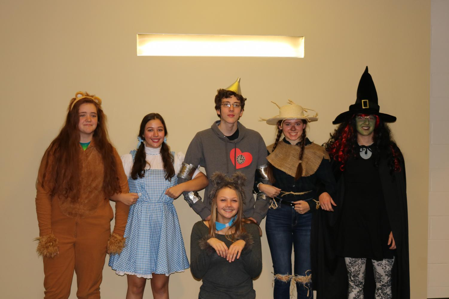 The group of the Wizard of Oz. From left to right: Jade Kallenbach as the Lion, Sadie Scott as Dorothy, Samuel VonBehren as the Tin Man, Allison Butler as the Scarecrow, Dylan Baker as the Wicked Witch. Front row: Kaelee Stockton as Toto.