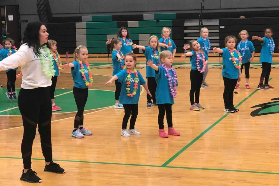 Claire+Palmer+teaches+the+elementary+school+kids+the+dance+at+the+2019+mini+cheer+camp.